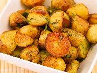 Рецепта Гарнитура от печени пресни картофи под фолио с чесън, копър и магданоз за пилешки крилца